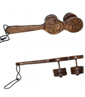 Maraca Celta Trisquel - Madera Grabado Celta - Colgante - 23 cm